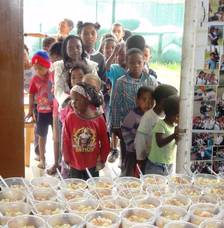 Kinder warten aufs Essen