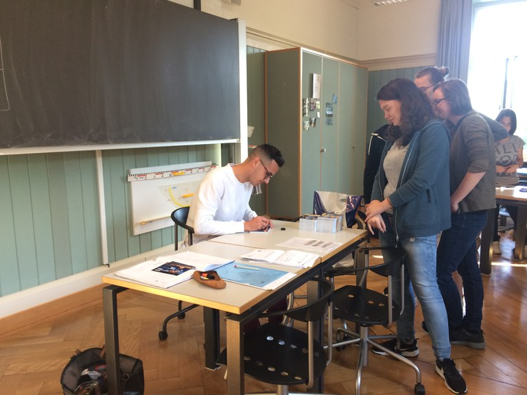 FCL-Spieler im Französisch-Unterricht und FCL-Match
