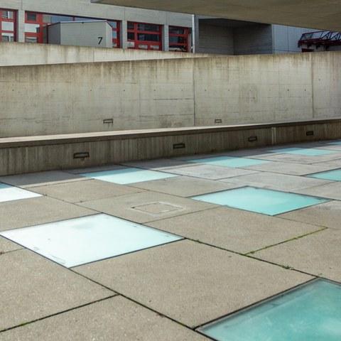 Farbige Bodenplatten aus Glas
