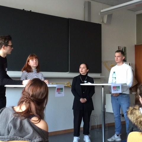 Marino Steiner (6N) beim Debattieren (links aussen), Foto: F. Horschik