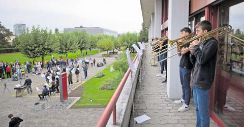 Die Band spielte «Come together». Und so kamen Lehrer, Schüler und Passanten draussen zusammen – mit gebührendem Abstand.