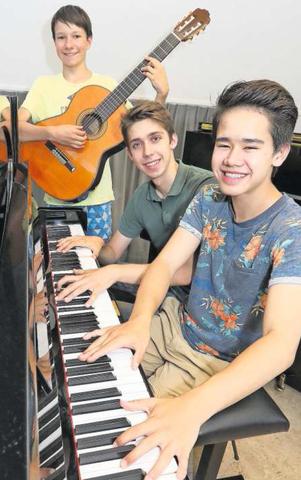 Olivier Schneider (vorne am Klavier), Javier Leutenegger (Mitte) und Niko Berschin an der Gitarre besuchen die Förderklasse der Musikschule Zug. Diese Klasse besteht erst seit einem Jahr (Foto: Daniel Frischherz)