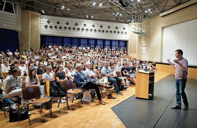 Grosser Andrang: Zahlreiche Jugendliche folgen den Ausführungen des Klimaforschers Reto Knutti. Bild: Stefan Kaiser (Zug, 4. Juni 2019)