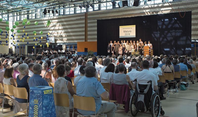 Bei grenzwertigen Temperaturen bekamen gestern 237 Maturi und Maturae in der Waldmannhalle ihr Abschlusszeugnis.Bild: Maria Schmid (Baar, 27. Juni 2019)