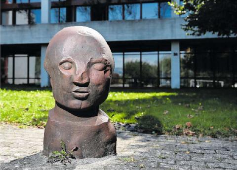 Wie ein stiller Platzwächter wirkt Fritz Roths (†) massive Eisenskulptur auf dem Areal der Kantonsschule.