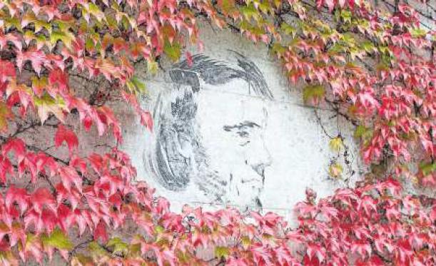 Gesichter von Pavel Pepperstein an der Mauer der Strafanstalt Zug
