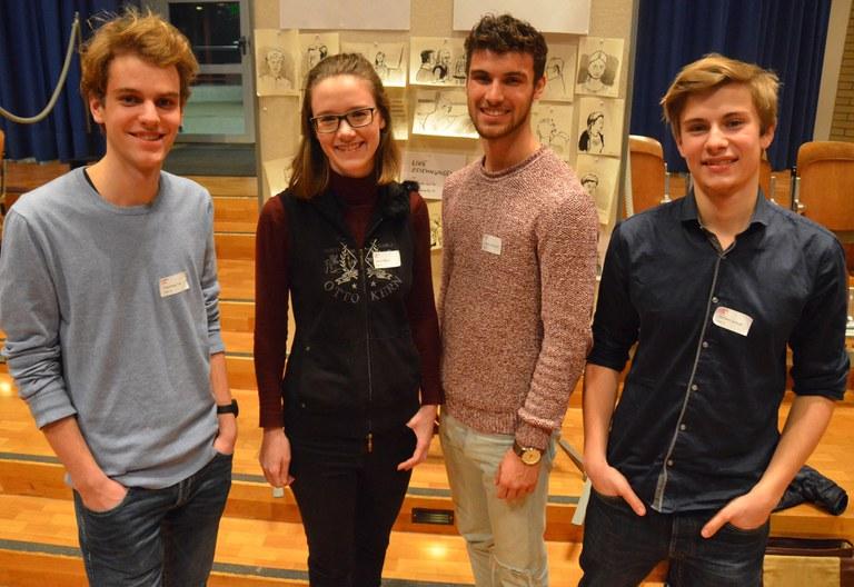 Finalisten der Kategorie II (von links nach rechts um Timo Hausheer, Mara   Labud, Benjamin Gantner von der Kanti Zug und Samuel Zbinden von der   Kanti Sursee)