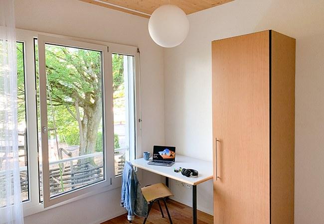 Zimmer mit Arbeitsbereich/Schrank
