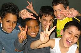Kinder aus unterschiedlichen Kulturen beim gemeinsamen Spiel.