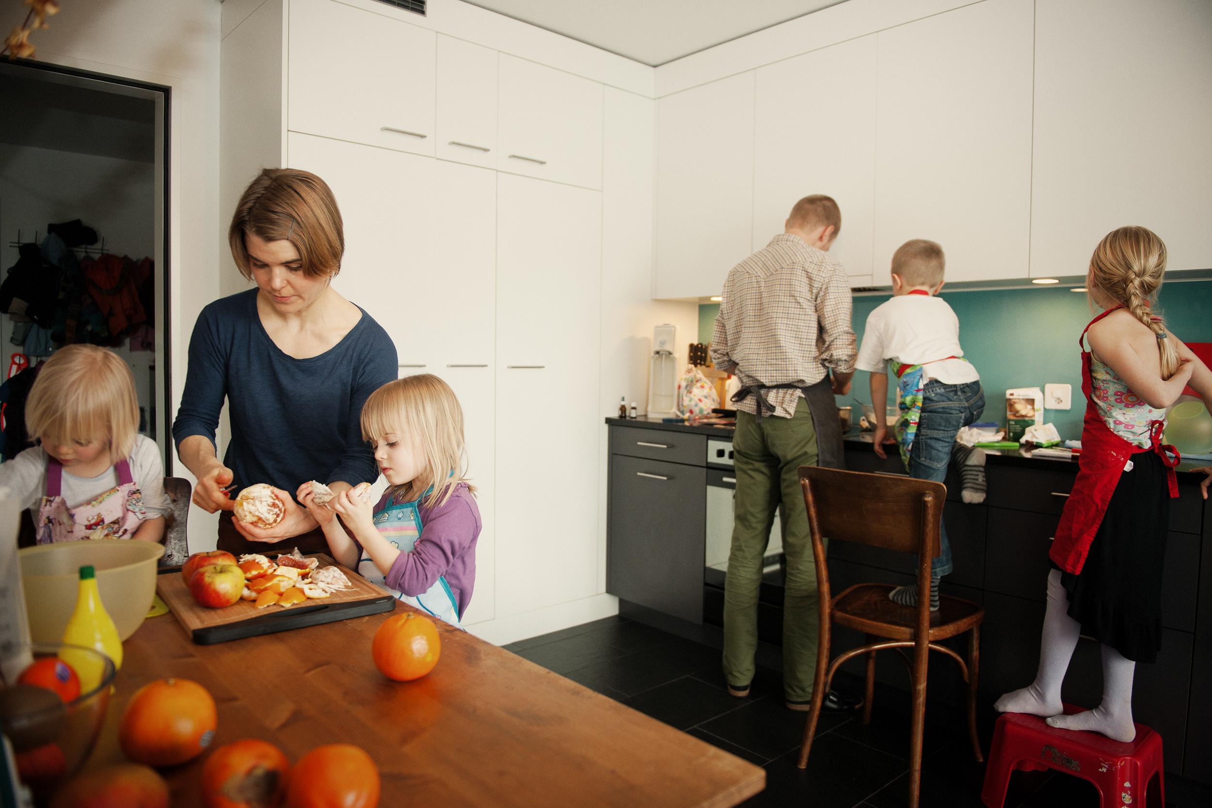 Bild einer Familie, die in der Küche gemeinsam das Essen zubereitet