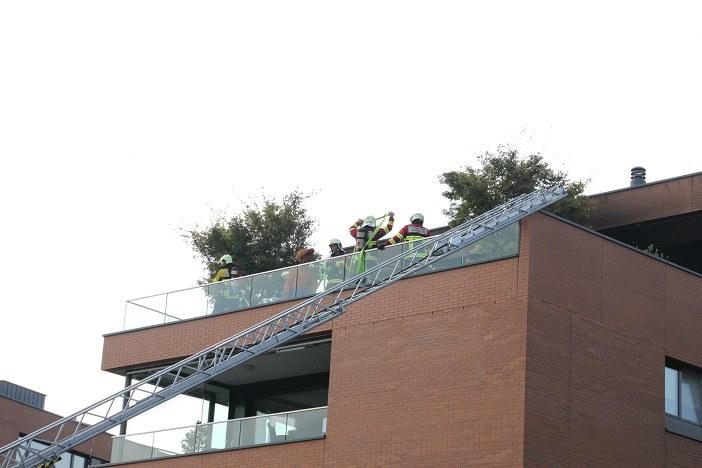 Löscharbeiten auf Terrasse