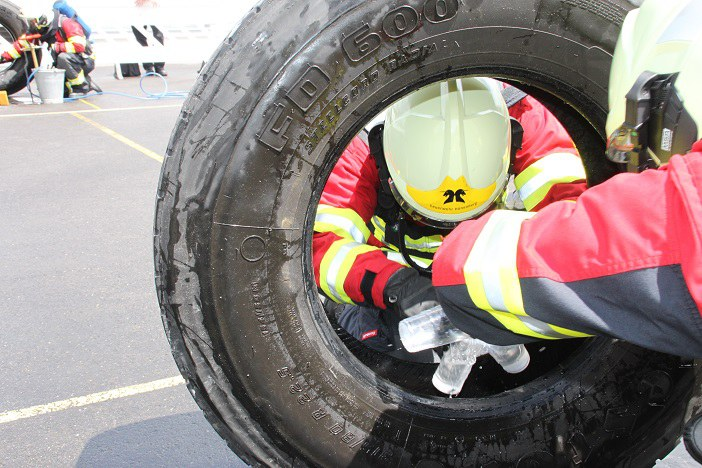 Durch LKW-Reifen schlüpfen