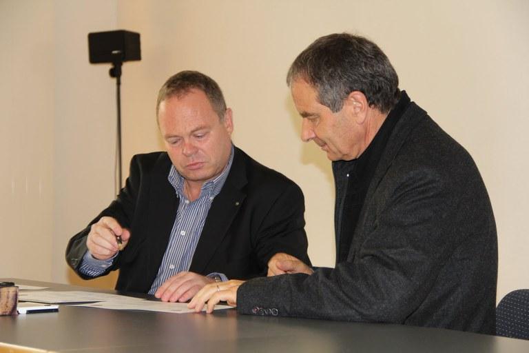 Unterzeichnung von Guido Wetli, Gemeindeschreiber Hünenberg und Luc Monteleone, Gemeindeschreiber Marly