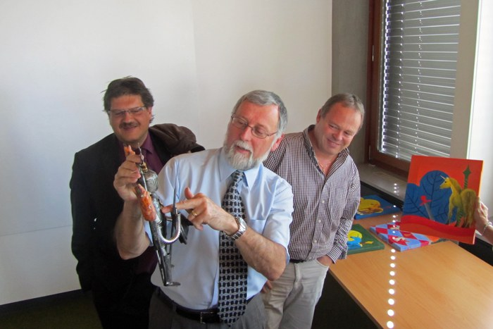 Unterzeichnung von Guido Wetli, Gemeindeschreiber Hünenberg, Jean-Pierre Helbling, Gemeindepräsident Marly und Luc Monteleone, Gemeindeschreiber Marly