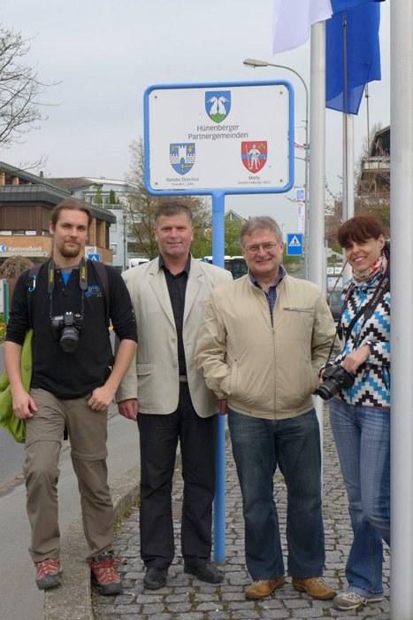 v.l.n.r. Ján Petrík, Vizebürgermeister Dušan Lukačko, Ján Sedíllek, Henrieta Godová bei ihrem Besuch in Hünenberg