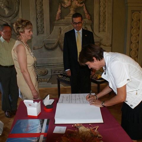 Oktober 2011, Regula Hürlimann, Gemeindepräsidentin Hünenberg und Nadezda Babiakova, Bürgermeisterin Stiavnica
