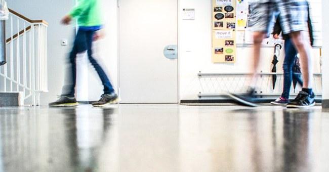 Schüler im Korridor