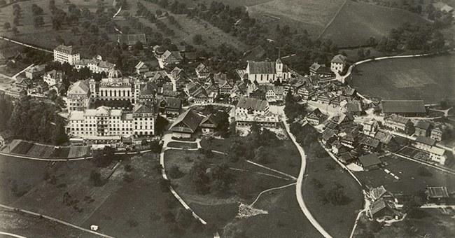 Historische Flugaufnahme von Menzingen