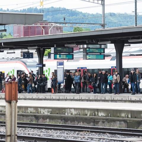 Bahnhof Leute warten