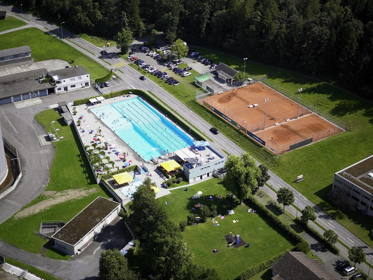 Luftaufnahme von Westen her auf das Freibad Rotkreuz