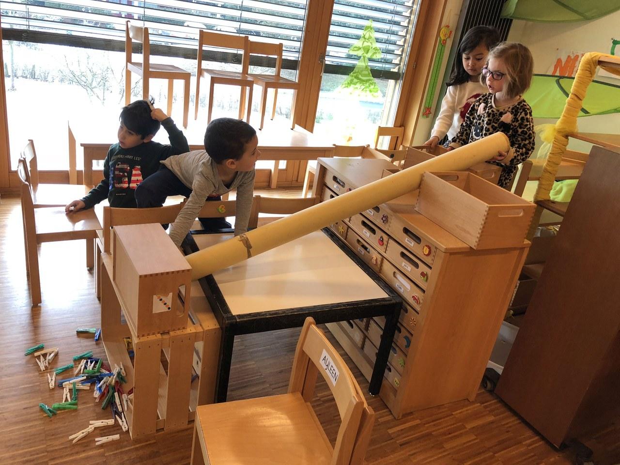 Aus Karton, Möbeln und Wäscheklammern entsteht etwas Neues.