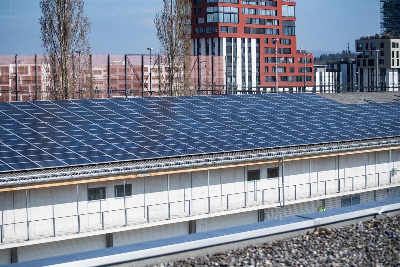 Solaranlage auf dem Dach des Sportparks/Ökihofs in Rotkreuz