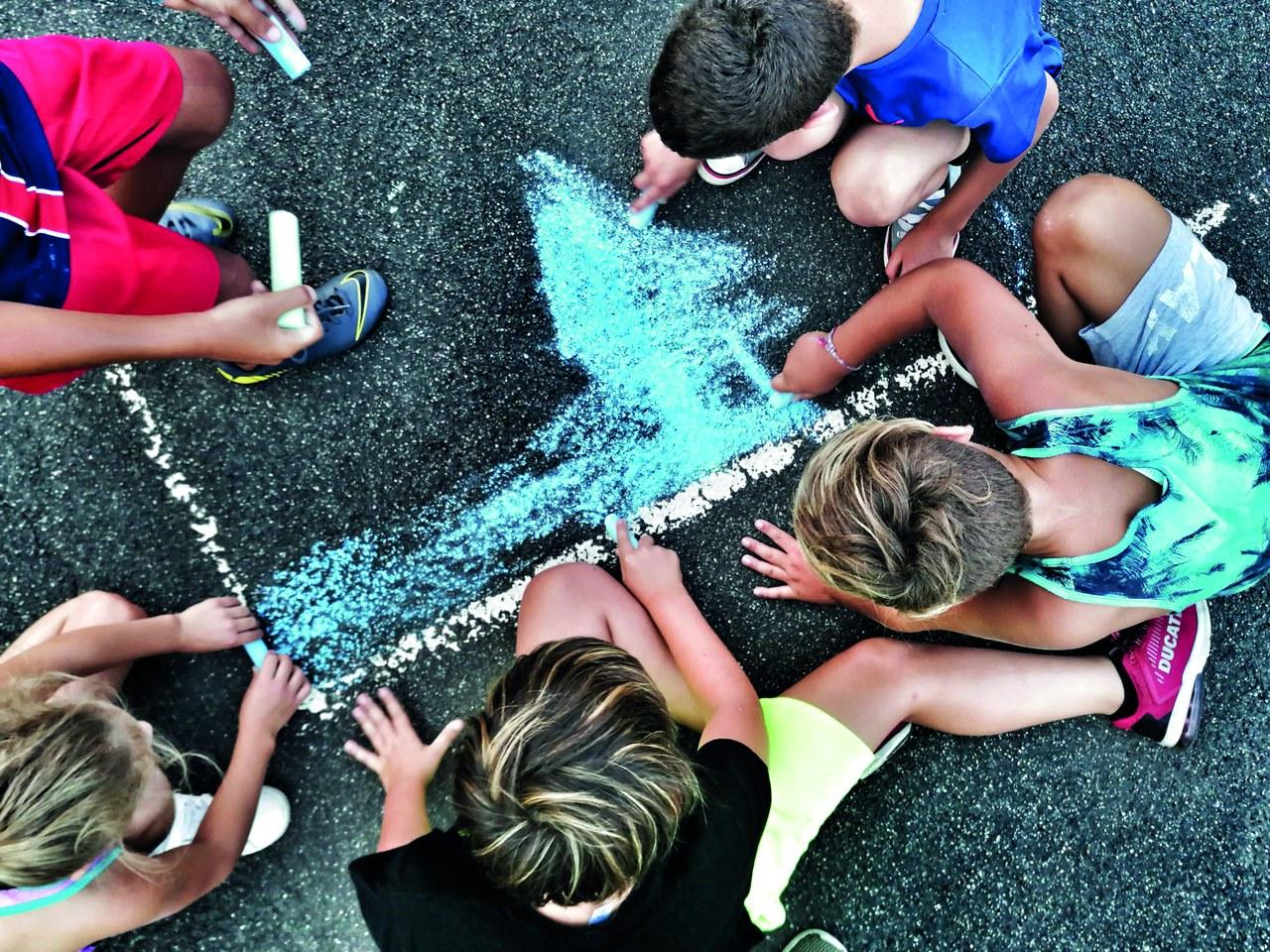Kinder malen mit Kreide. ©IdéeSport