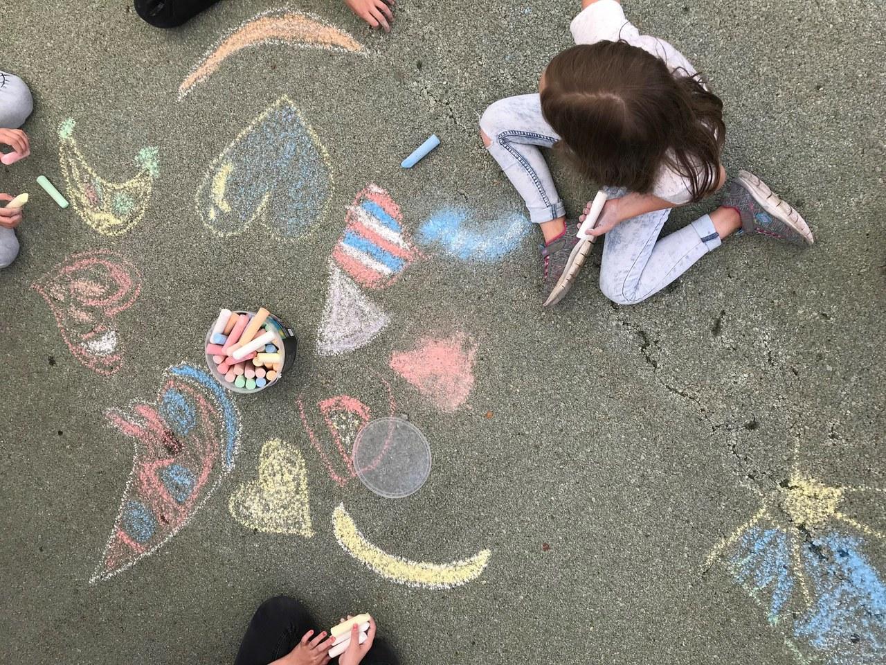 Kinder verzieren den Dorfmattplatz