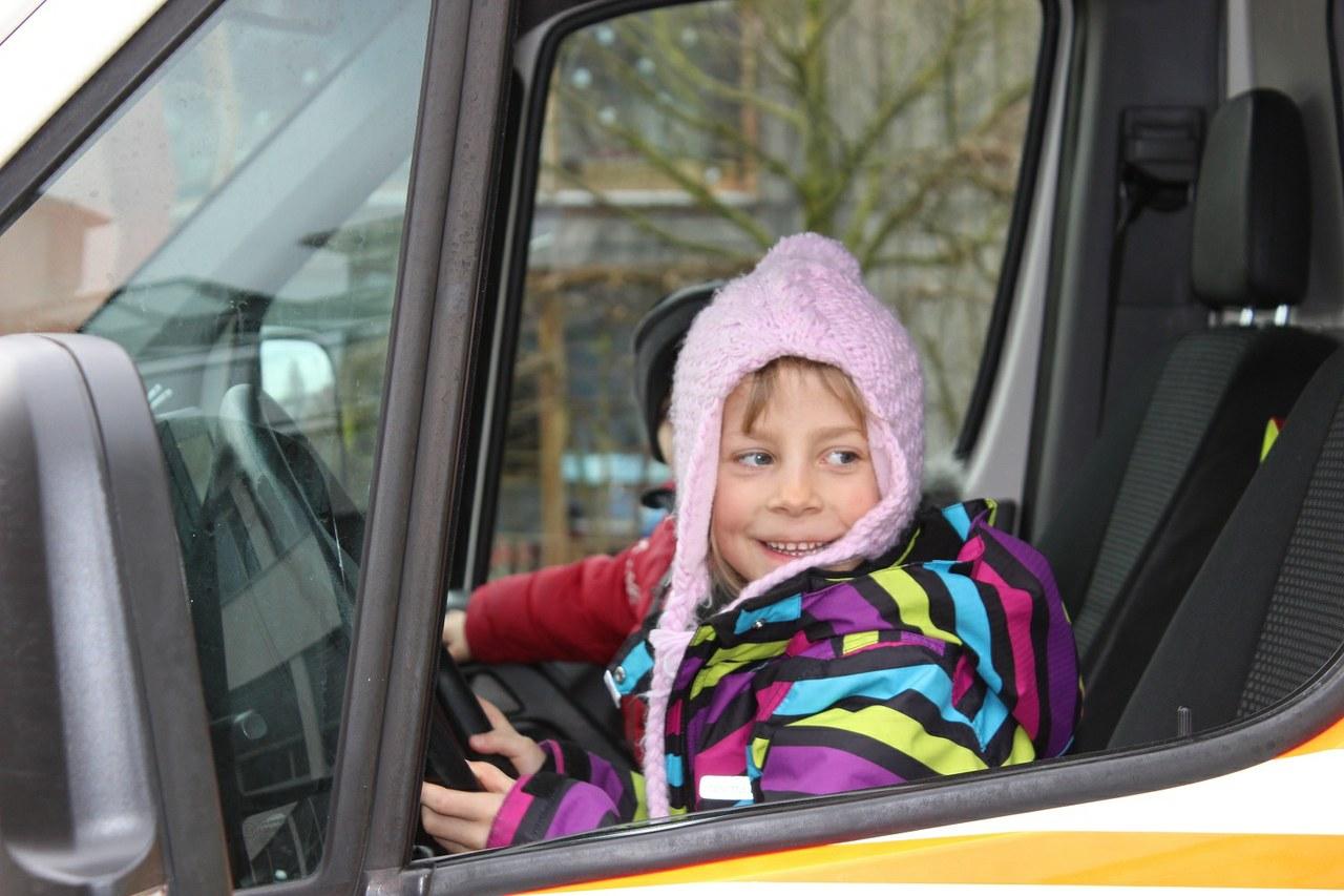 Lara Tanner am Steuer des Ambulanzfahrzeuges