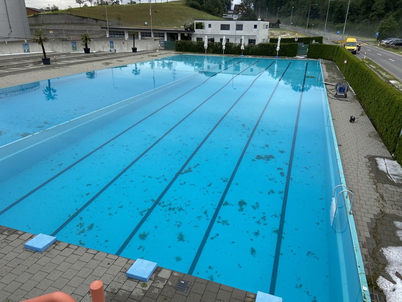 Verunreinigtes Schwimmbecken des Freibads Rotkreuz