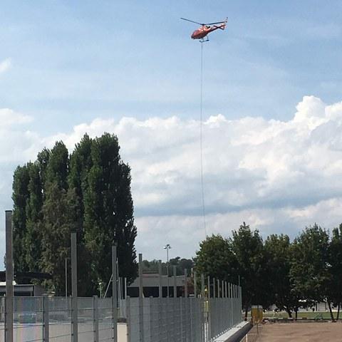 Versetzen der Kandelaber mittels Hubschrauber