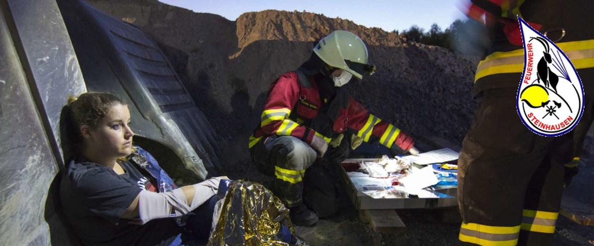 Feuerwehrsanitäter behandeln verletzte Person