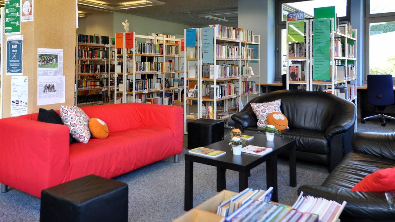 Die Mediathek der Schule Steinhausen bietet ein zeitgemässes Angebot.