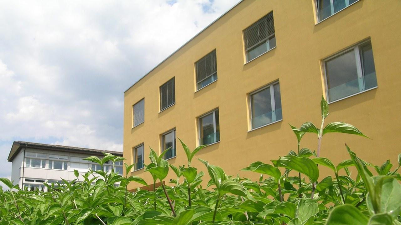 Das Schulleitungsgebäude im Sunnegrund.