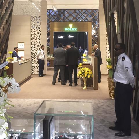 HFTG Studierende bauen Stand an Uhren und Schmuckmesse in Katar