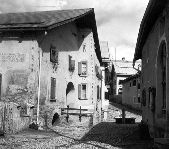 Häuser in Guarda Sgraffito und Malerei (GR)