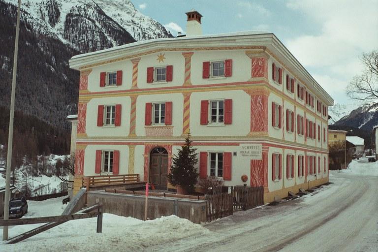 Nach Brand von 1891 entstandene Hausfassade mit Sgrafitto und Malerei Lavin (GR)