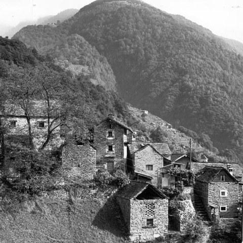 Häuser mit Steinplattendach Vogorno (TI)
