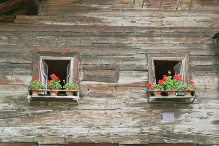 """Sog. """"Seelenfenster"""" zwischen jüngeren Fenstern einer Schlafkammer Cresta-Avers (GR)"""