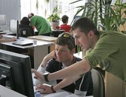 Zwei Lehrlinge an der Arbeit